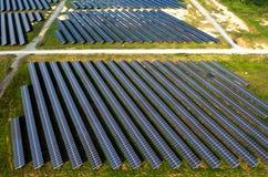Los paneles solares, granjas solares foto de archivo libre de regalías