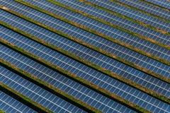 Los paneles solares, granjas solares imágenes de archivo libres de regalías