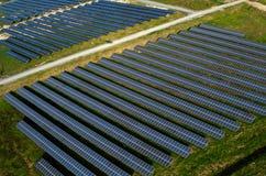 Los paneles solares, granjas solares imagen de archivo libre de regalías