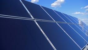 Los paneles solares modernos, cierre para arriba Las nuevas baterías del sol recogen energía afuera almacen de video