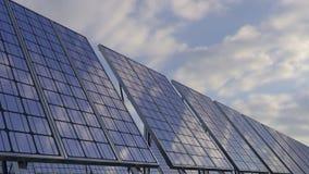 Los paneles solares modernos que reflejan el cielo nublado Generación ecológica renovable de la energía representación 3d Fotografía de archivo