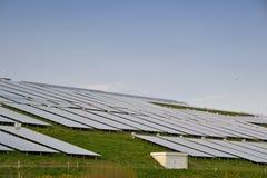 Los paneles solares para generar electricidad imagen de archivo