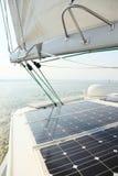 Los paneles solares que cargan las baterías a bordo del barco de vela Imagen de archivo