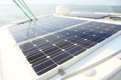 Los paneles solares que cargan las baterías a bordo del barco de vela Imagenes de archivo