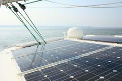 Los paneles solares que cargan las baterías a bordo del barco de vela Fotos de archivo