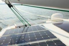 Los paneles solares que cargan las baterías a bordo del barco de vela Imagen de archivo libre de regalías