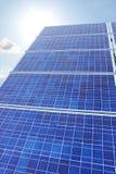 Los paneles solares sol y vertical del cielo Fotos de archivo