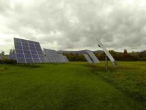 Los paneles solares vivos verdes Fotografía de archivo libre de regalías