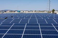 Los paneles solares y área residencial imagenes de archivo