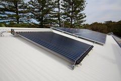 Los paneles solares y agua caliente solar Imagen de archivo libre de regalías
