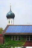 Los paneles solares y aguja Fotografía de archivo