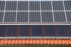 Los paneles solares y calefactors Fotos de archivo libres de regalías