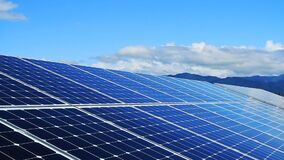 Los paneles solares y cielo azul con las nubes móviles metrajes