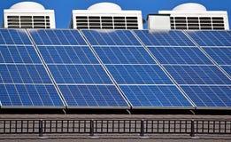 Los paneles solares y condiitioners del aire Fotografía de archivo