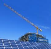 Los paneles solares y construcción fotografía de archivo libre de regalías