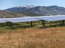 Los paneles solares y montañas Imagen de archivo