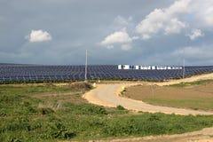Los paneles solares y montañas Foto de archivo libre de regalías