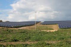 Los paneles solares y montañas Imagen de archivo libre de regalías