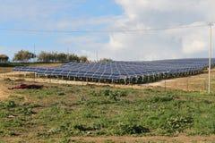 Los paneles solares y montañas Fotos de archivo