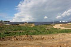 Los paneles solares y montañas Fotografía de archivo