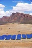 Los paneles solares y montañas foto de archivo