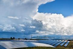 Los paneles solares y nubes Imagenes de archivo