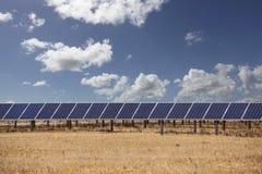 Los paneles solares y nubes Fotos de archivo libres de regalías