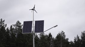 Los paneles solares y una peque?a turbina de viento para la producci?n de energ?a respetuosa del medio ambiente almacen de video