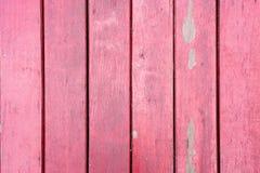 Los paneles verticales de madera del viejo, rojo grunge en un granero rústico Imagen de archivo libre de regalías