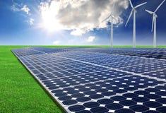 Los paneles y turbina de viento de energía solar Imágenes de archivo libres de regalías