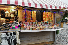 Los panes de jengibre coloridos atascan con la diversa formación de hielo en el mercado de la Navidad de Riga Fotografía de archivo libre de regalías