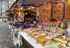 Los panes de jengibre coloridos atascan con la formación de hielo en mercado de la Navidad de Riga Imagen de archivo