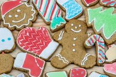 Los panes de jengibre se adornan por el Año Nuevo y la Navidad (puede ser utilizado como tarjeta) Imagen de archivo libre de regalías