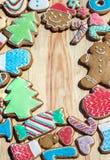 Los panes de jengibre se adornan por el Año Nuevo y la Navidad (puede ser utilizado como tarjeta) Fotos de archivo libres de regalías