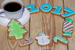 Los panes de jengibre se adornan por los nuevos 2017 años y tazas de café (puede ser utilizado como tarjeta) Fotografía de archivo