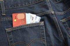 Los pantalones vaqueros embolsan con de la tarjeta de crédito, uso para shoping Imagen de archivo libre de regalías