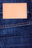 Los pantalones vaqueros etiquetan el dril de algodón oscuro Imagen de archivo