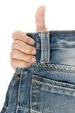 Los pantalones vaqueros mueven hacia atrás el bolsillo con una mano de hombres. Foto de archivo