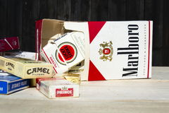 Los paquetes de diversas marcas del cigarrillo fotografiaron el 25 de marzo de 2017 en Praga, República Checa Foto de archivo