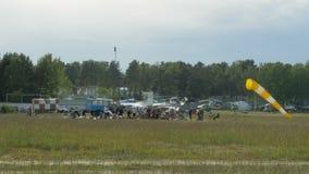 Los paracaidistas doblan sus paracaídas y consiguen listos para un salto almacen de metraje de vídeo