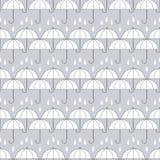 Los paraguas blancos en gris con lluvia caen, modelo inconsútil, vector Imagenes de archivo