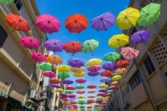 Los paraguas hermosos colgaron en el cielo para el turismo Fotos de archivo libres de regalías