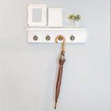 Los paraguas que cuelgan contra la pared con la imagen flamean Fotos de archivo libres de regalías
