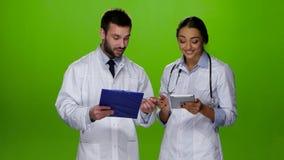 Los paramédicos discuten la diagnosis del paciente Pantalla verde metrajes
