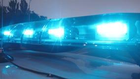 Los paramédicos llegan el lugar del accidente, luces de emergencia en el primer del auto de la ambulancia fotos de archivo