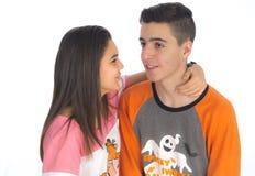 Los pares adolescentes divertidos, sonriendo nuevamente despiertan y se vistieron en su p Imágenes de archivo libres de regalías