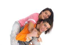 Los pares adolescentes divertidos, sonriendo nuevamente despiertan y se vistieron en su p Foto de archivo libre de regalías