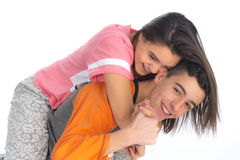 Los pares adolescentes divertidos, sonriendo nuevamente despiertan y se vistieron en su p Imagen de archivo libre de regalías