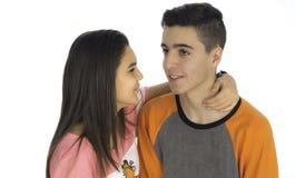 Los pares adolescentes divertidos, sonriendo nuevamente despiertan y se vistieron en su p Fotos de archivo