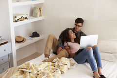 Los pares adolescentes que se relajan en dormitorio miran uno a Fotos de archivo